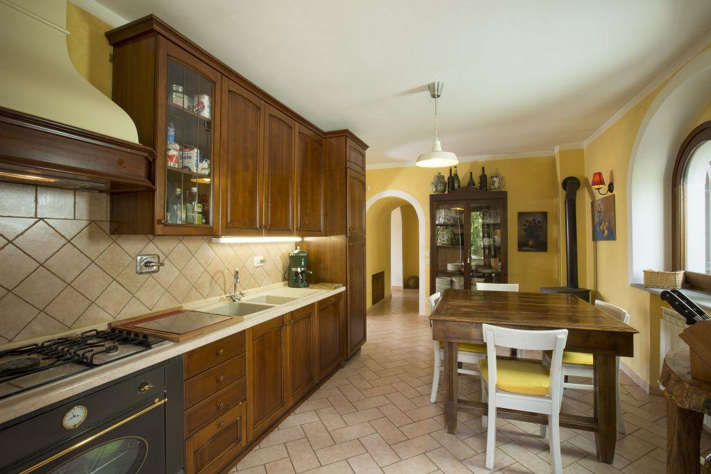 Rustici e casali in vendita a passignano sul trasimeno for Casali interni